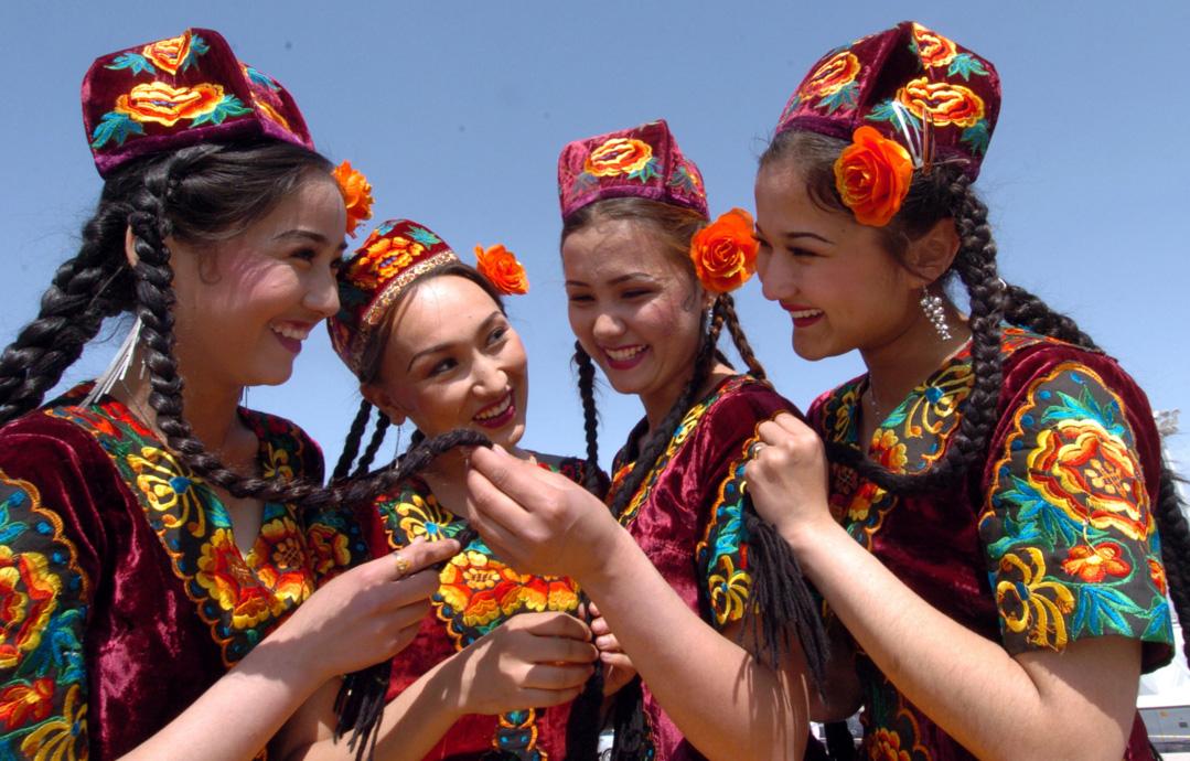 Девушки из Казахстана в национальной одежде
